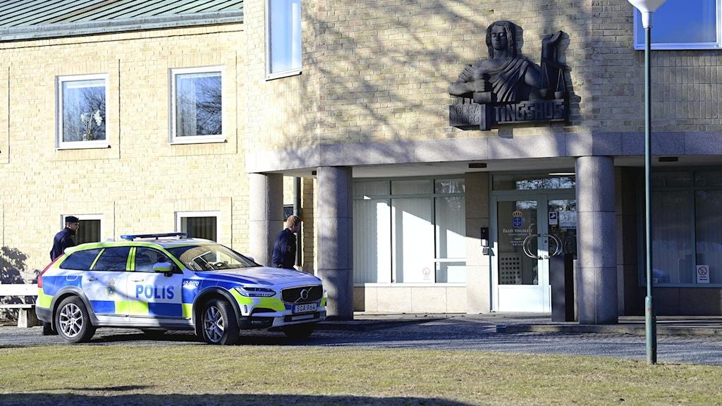 En polisbil utanför tingsrätten i Eksjö, där åklagaren bestämde att den 22-årige mannen ska vara häktad.