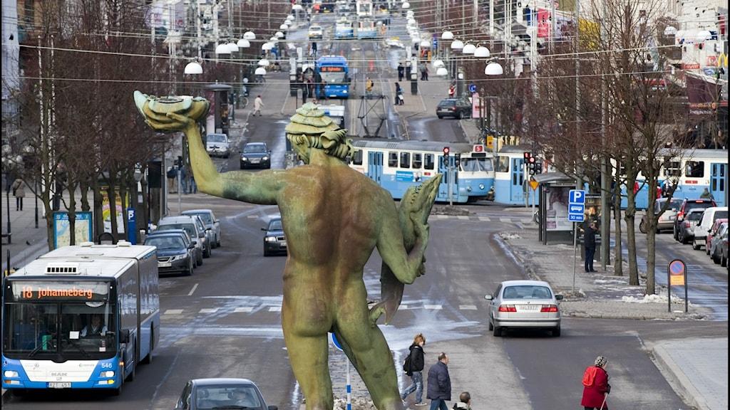 En bild från Götaplatsen i Göteborg, där man ser statyn Poseidon och den stora gatan avenyn