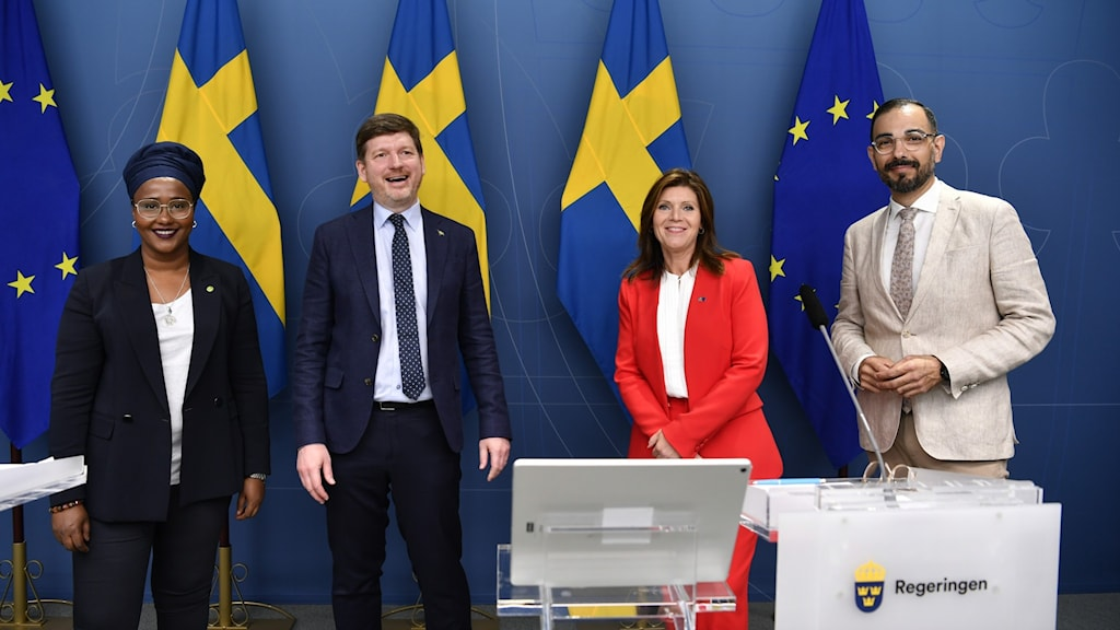 Bild på Leila Ali Elmi från Miljöpartiet, Martin Ådahl från Centerpartiet, arbetsmarknadsminister Eva Nordmark från Socialdemokraterna och och Arman Teimouri från Liberalerna.