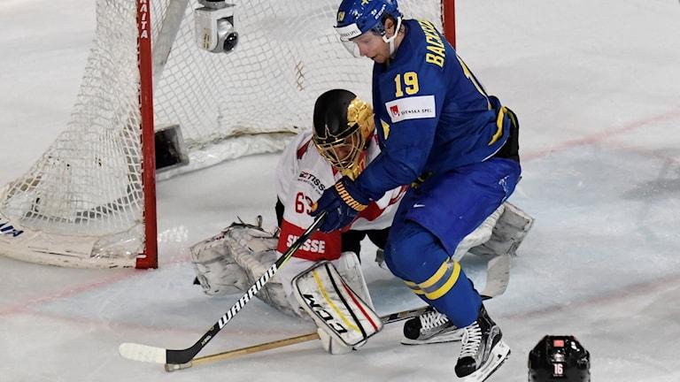 Sveriges Nicklas Bäckström och Schweiz målvakt Leonardo Genoni i kvartsfinalen i ishockey-VM mellan Schweiz och Sverige.