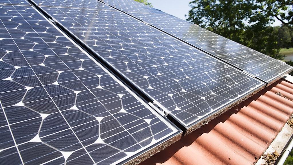 En villa med solpaneler på taket.
