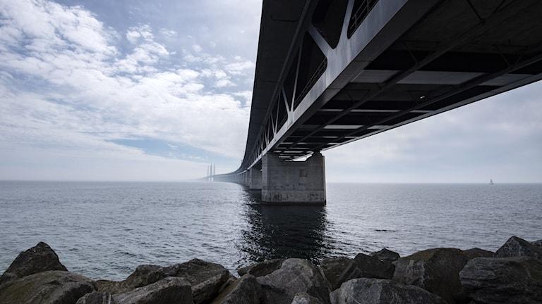 Öresundsbron sedd från brofästet på ön Pepparholm i Öresund.