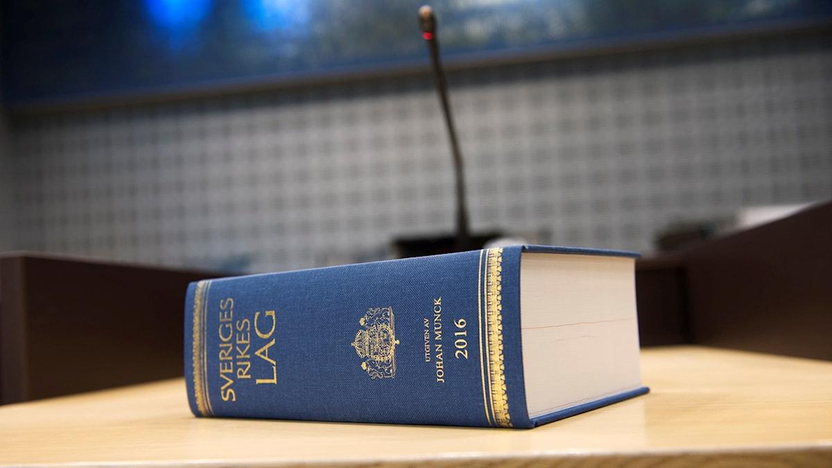 En lagbok på ett bord.