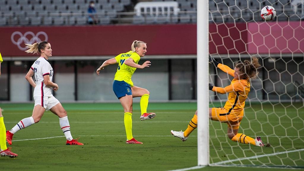 Stina Blackstenius utökar till 2-0 för Sverige mot USA i OS-premiären.
