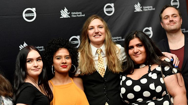 """Regissören Gabriela Pilcher (i slips) och några av skådespelarna i invigningsfilmen """"Amatörer"""" anländer till invigningen av Göteborgs filmfestival på biograf Draken i Göteborg."""