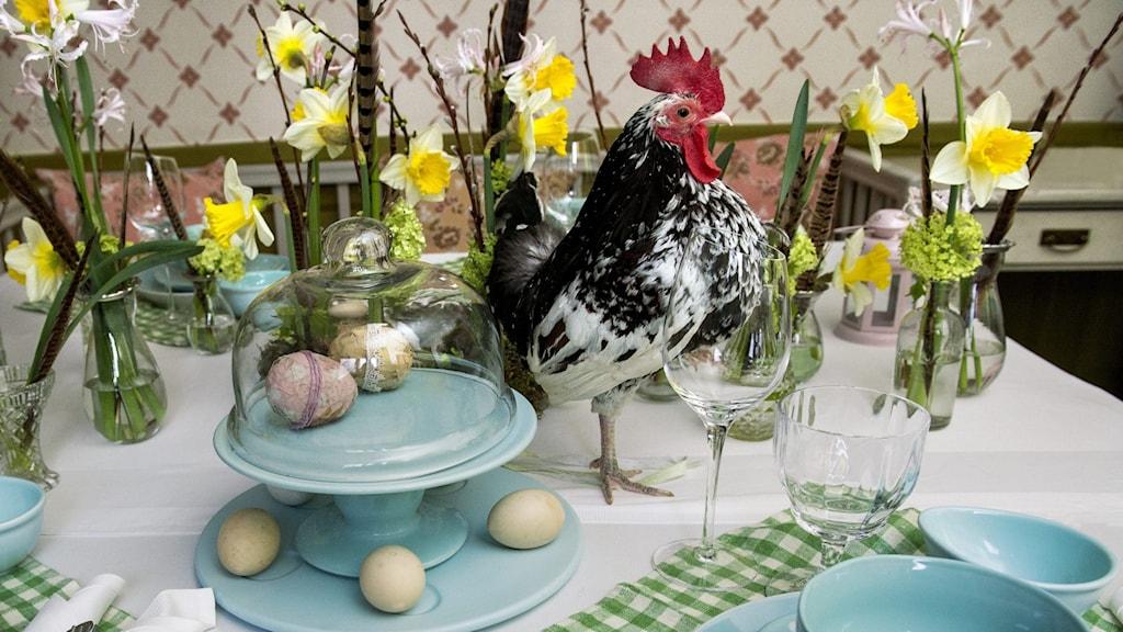 Ett bord dukat för påskmat.