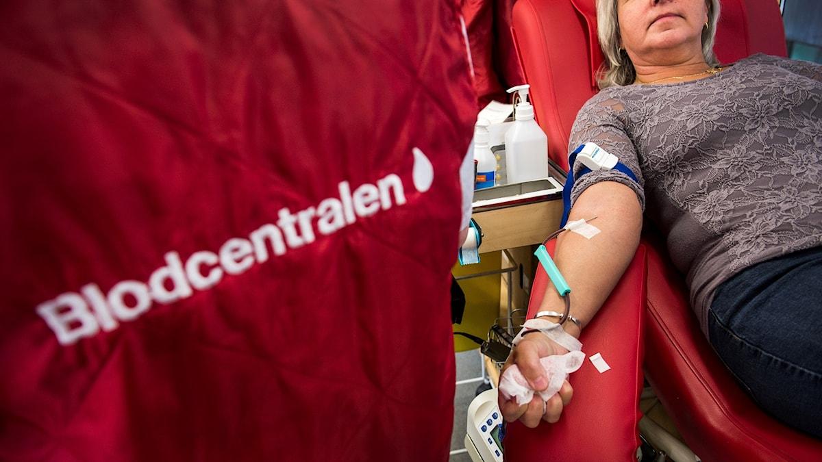 En kvinna lämnar blod på en blodcentral.