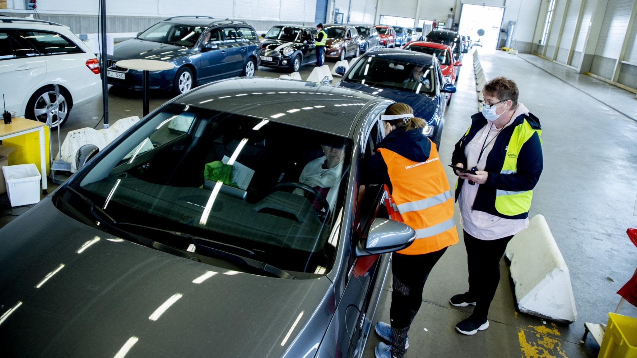 Bild på sjukvårdspersonal som vaccinerar personer i en bilfabrik i Trollhättan