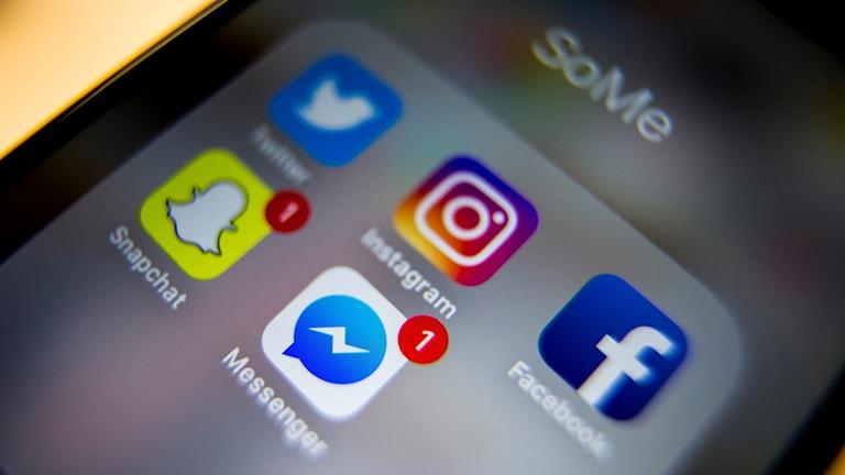 En mobilskärm med appar för sociala medier.