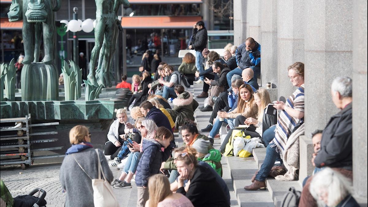 Stockholmare njuter i den 17 gradiga vårsolen på Konserthusets trappa vid Hötorget.