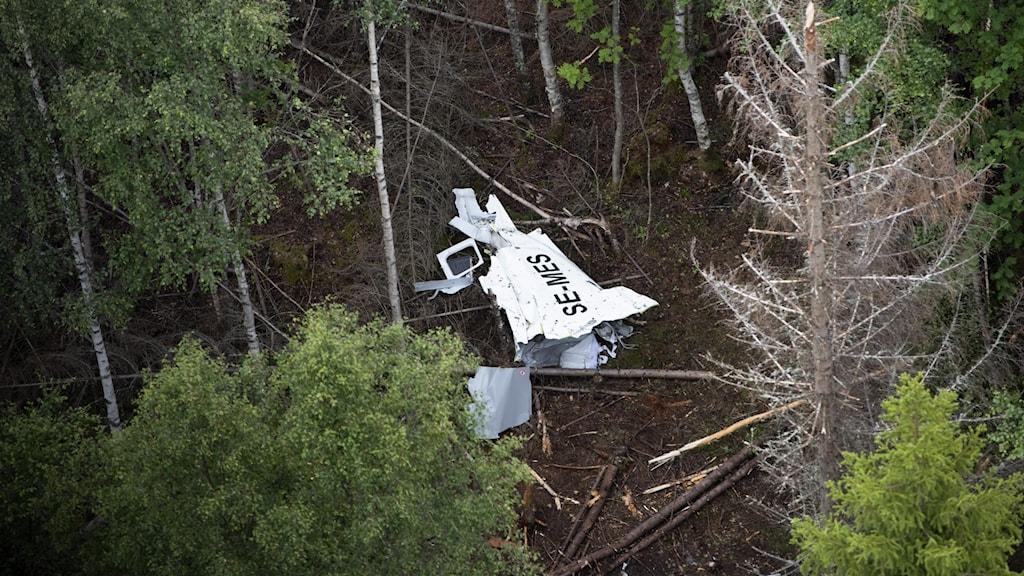 Resterna av flygplanet på Storsandskär dagen efter den flygolycka där nio personer omkom