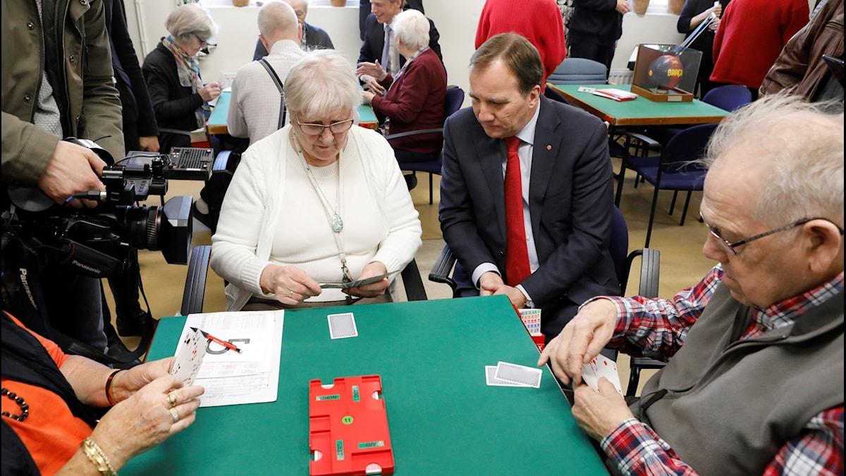 Statsminister Stefan Löfven (S) i samtal med kortspelande pensionärer i samband med att regeringen presenterar nya skattesänkningar för pensionärern