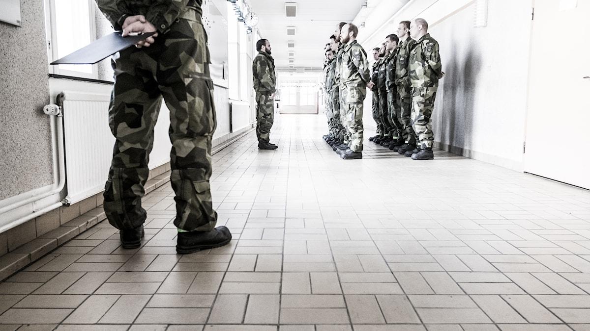 beväringar står uppställda i barackkorridor
