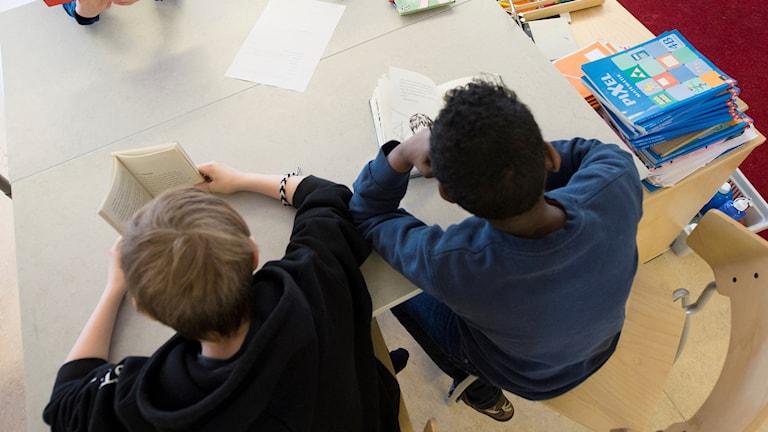 Elever i fjärde klass har tyst lässtund i bänkarna under en lektion i ämnet svenska