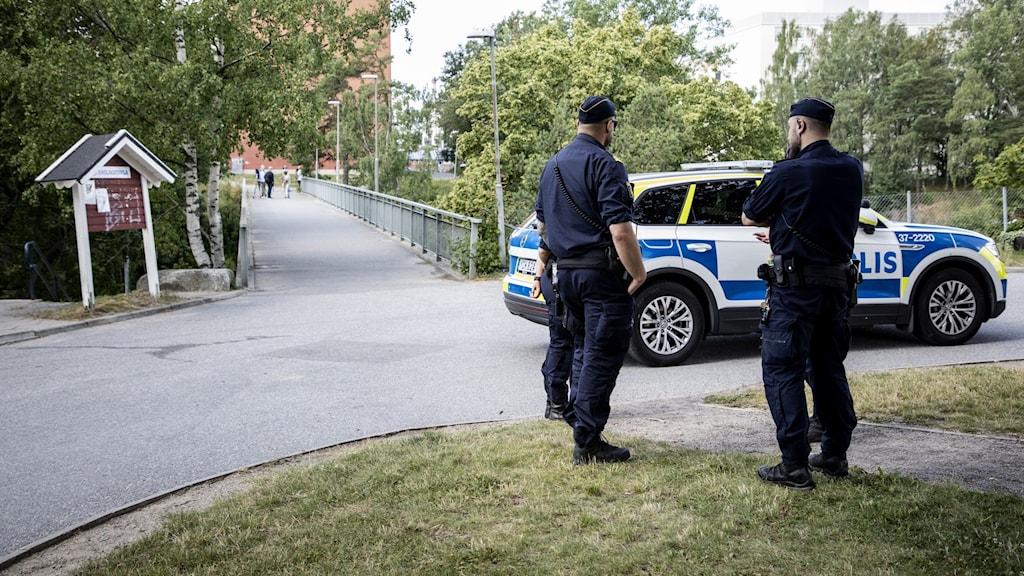 Poliser på plats vid gångbron i Visättra, Flemingsberg, där skottlossning skedde under lördagskvällen.