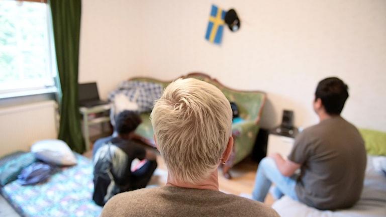 Tre ensamkommande barn sitter i ett rum. Foto:  Janerik Henriksson/TT
