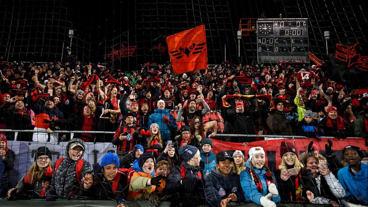 Östersundsfansen jublar efter 2-0-segern i torsdagens fotbollsmatch i Europa League