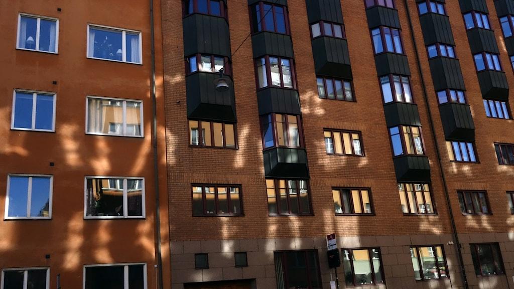 Bilden visar en fasad på ett bostadshus.