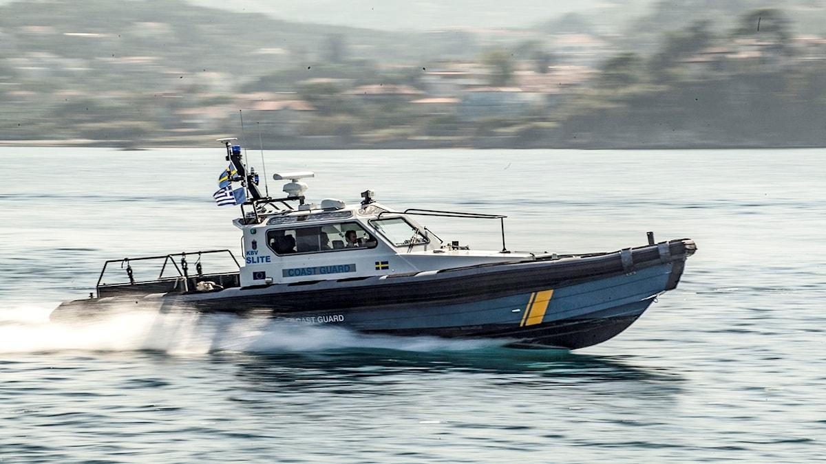 En båt från svenska kustbevakningen utanför Lesbos i Grekland.