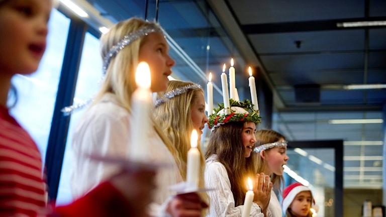 Ett Luciatåg. Varje år firas Lucia i Sverige.