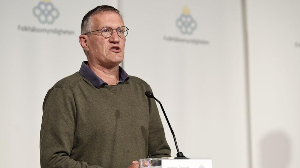 En bild på Anders Tegnell på en presskonferens på Folkhälsomyndigheten