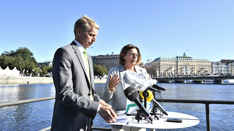 Finansmarknads- och bostadsminister Per Bolund (MP) och miljö- och klimatminister Isabella Lövin (MP) håller en pressträff på Strömparterren i Stockholm.