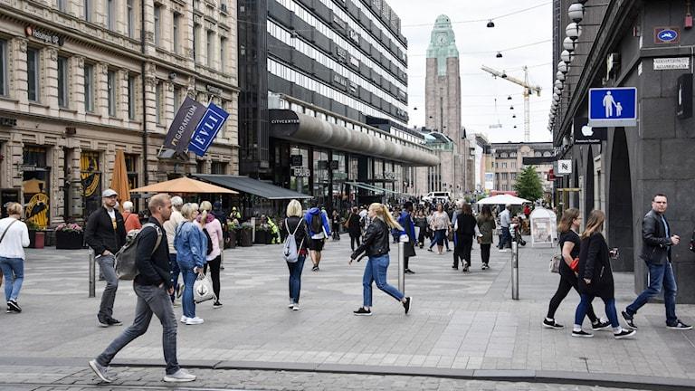 folk på en gata i Helsingfors