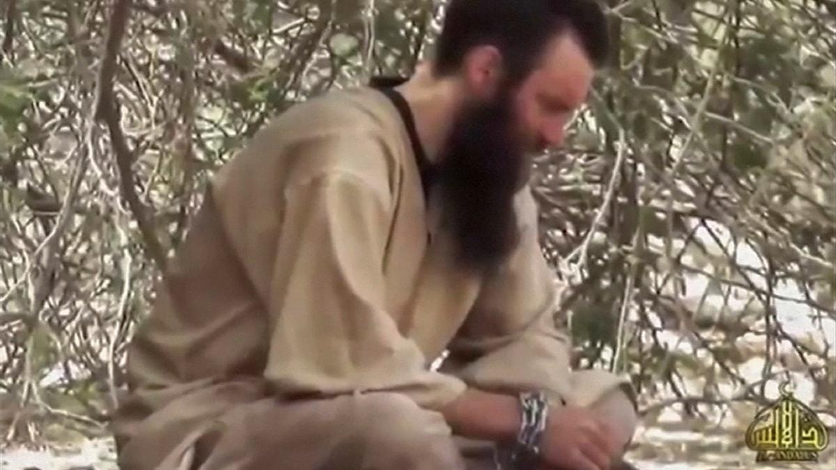 Bild från en video med Johan Gustafsson, som kidnapparna i al-Qaida visade 2015.