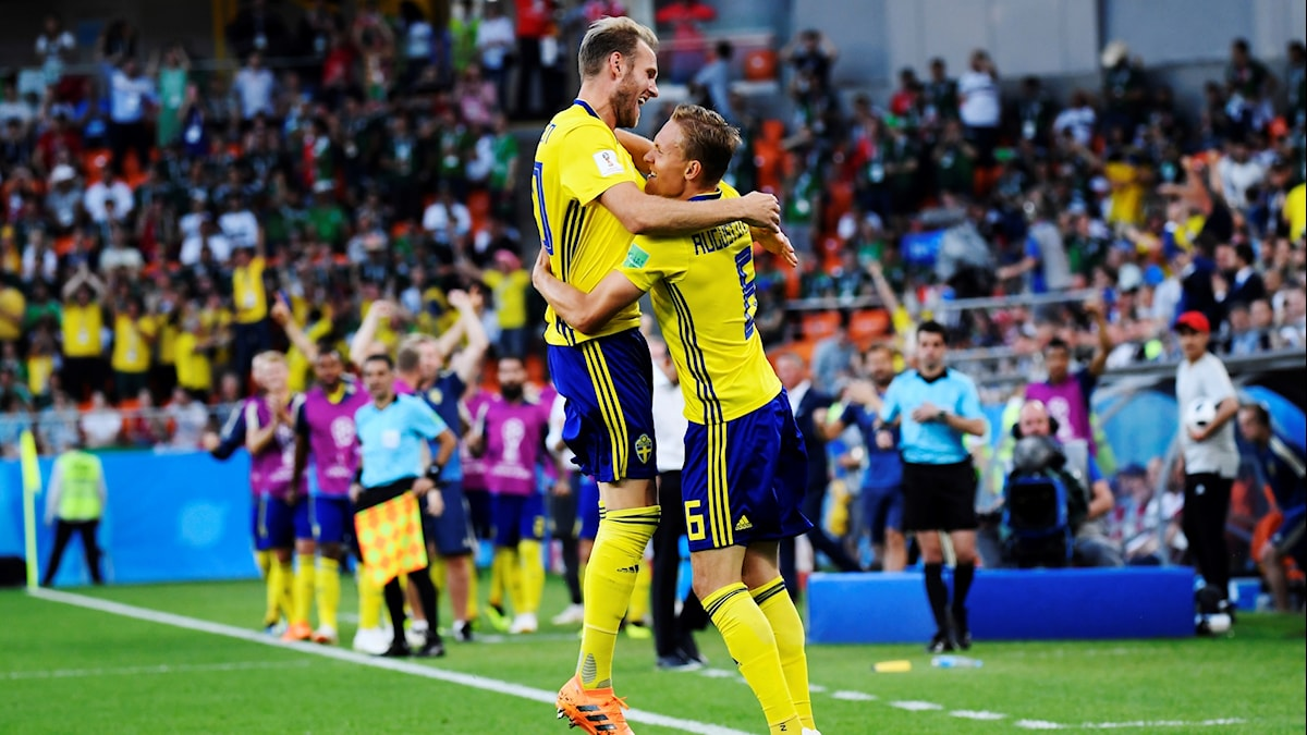 två fotbollsspelare kramas