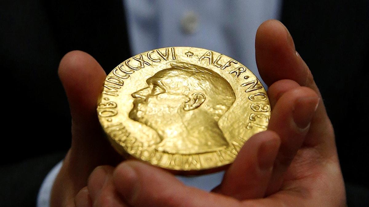 En Nobelmedalj för fredspriset från 1936.