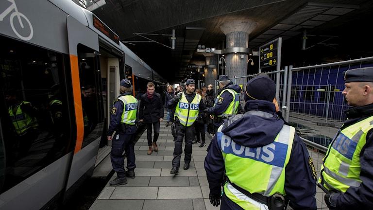 Polispatruller på plats vid station Hyllie (första tågstationen på den svenska sidan efter Öresundsbron) utanför Malmö