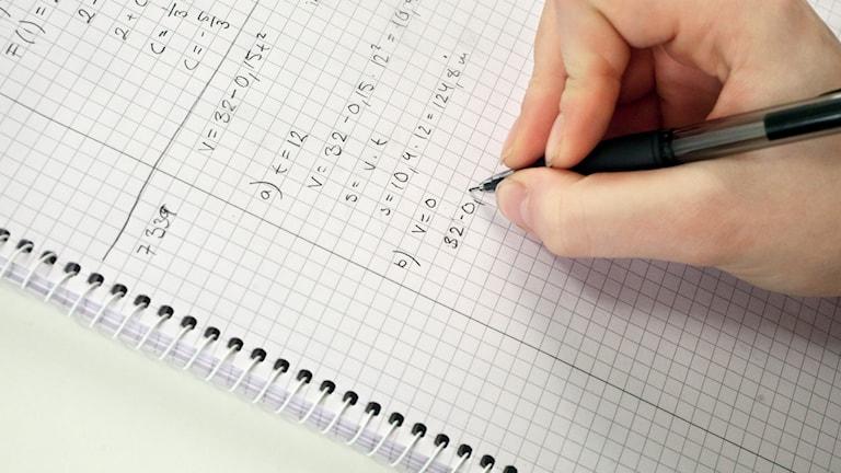 En elev skriver i en skolbok. Foto: Susanne Lindholm /TT