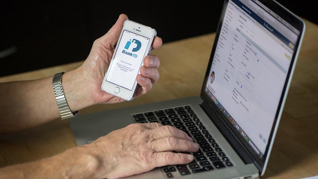 Många äldre människor har inte internet hemma eller i mobilen.