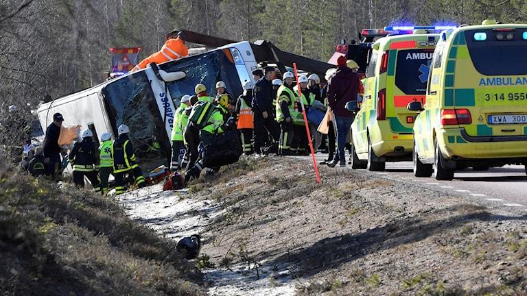 Räddningstjänst polis och ambulans på platsen där tre personer dog i en allvarlig bussolycka på E45 mellan Sveg och Fågelsjö i Härjedalen på söndagsmorgonen.