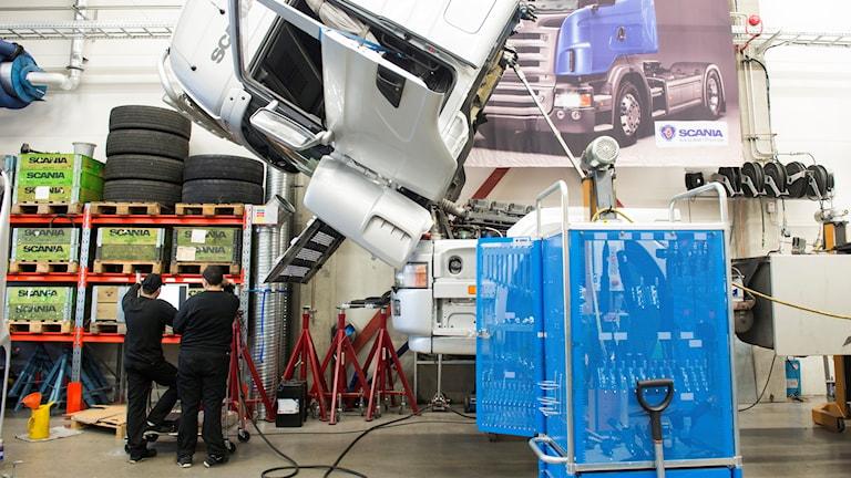 Elever utbildar sig till lastbilsmekaniker på fordons- och transportprogrammet på Stockholms transport- och fordonstekniska gymnasium