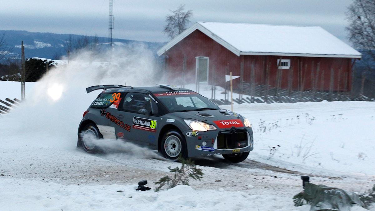 En rallybil som kör i snö