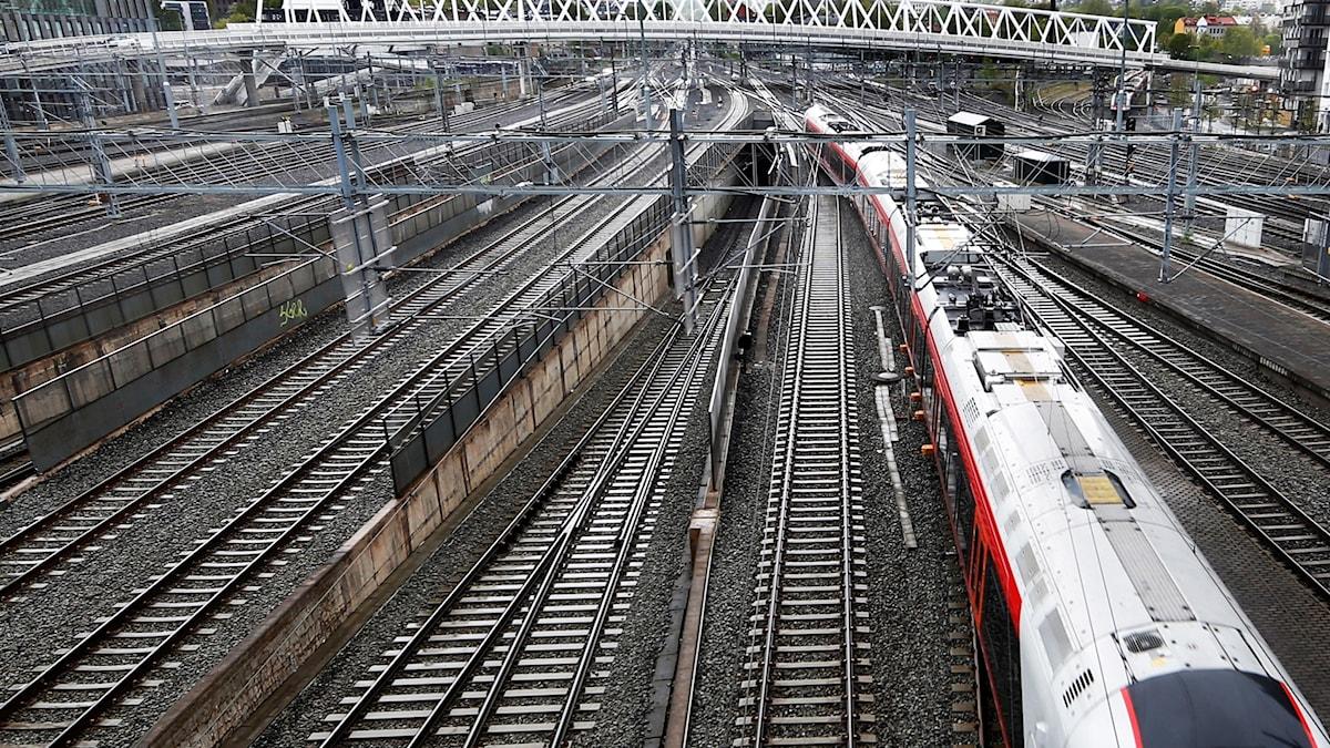 Många går på tågspåren, trots att det är olagligt.