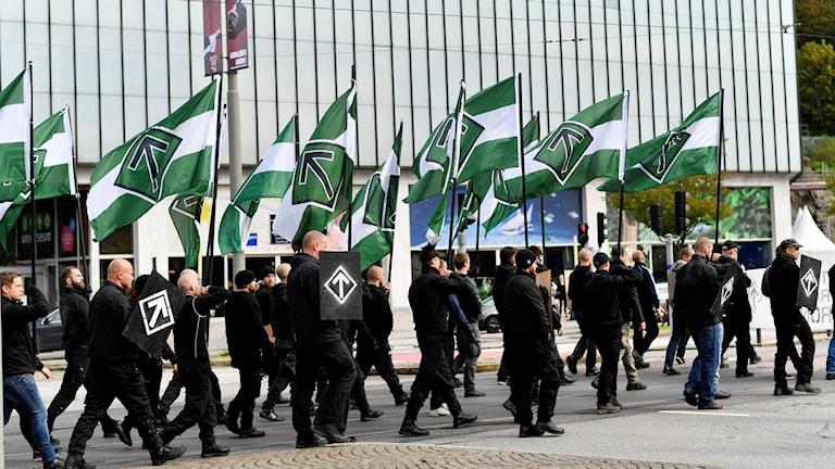 Den nazistiska organisationen Nordiska motståndsrörelsen marscherar med plakat och flaggor i en tillståndslös demonstration i centrala Göteborg på söndagen.