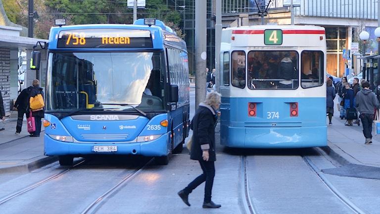 En buss och en spårvagn i Göteborg.