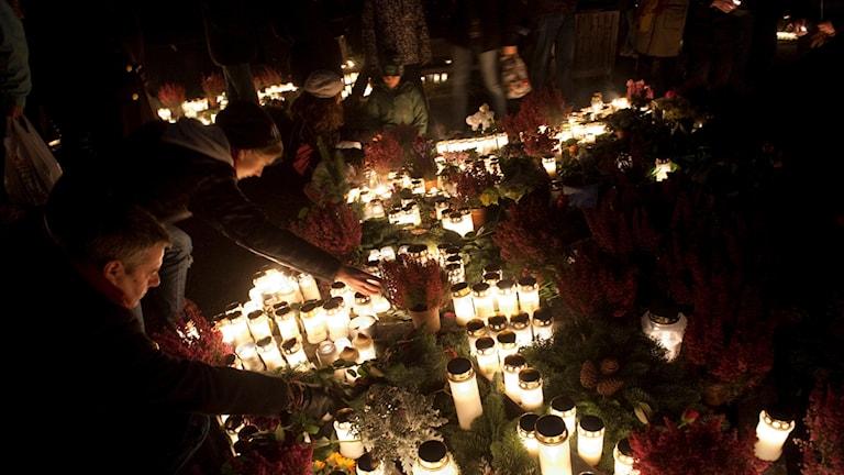 Hundratals besökare hedrar de döda på Alla helgons dag genom att tända ljus på Skogskyrkogården i Stockholm.