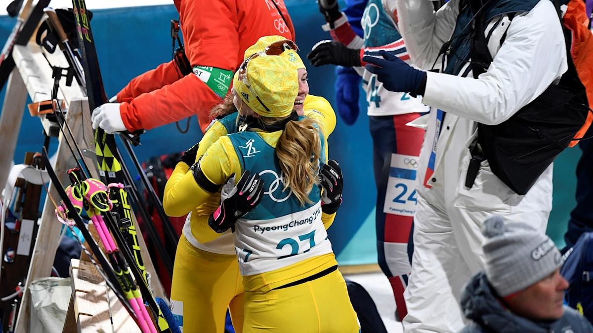 Hanna Öberg kramar en lagkamrat efter vinsten. Foto: Anders Wiklund/TT