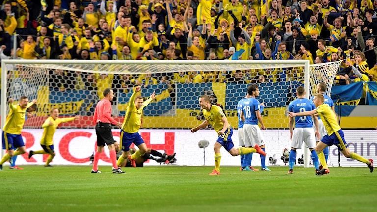 Sveriges landslag firar att de har gjort mål mot Italien. Foto: Anders Wiklund/TT
