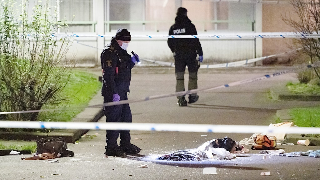Bilden visar polis på en gata i Malmö efter en skjutning och saker slängda på marken.
