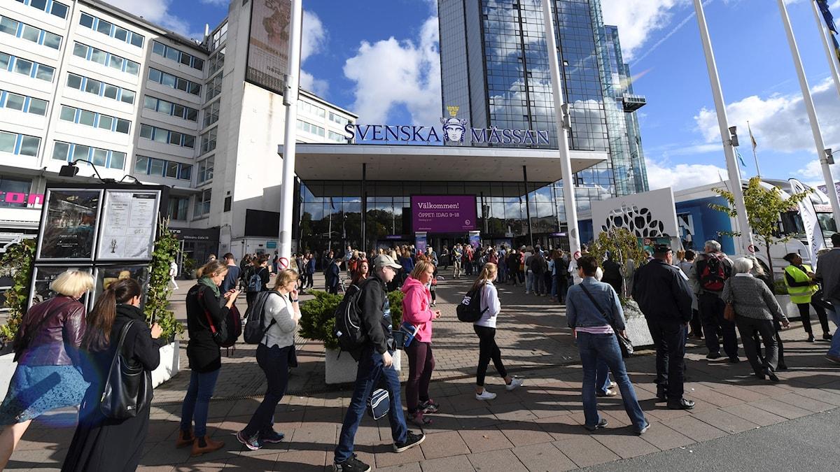 Människor på väg in på bokmässan i Göteborg. Foto: Fredrik Sandberg/TT