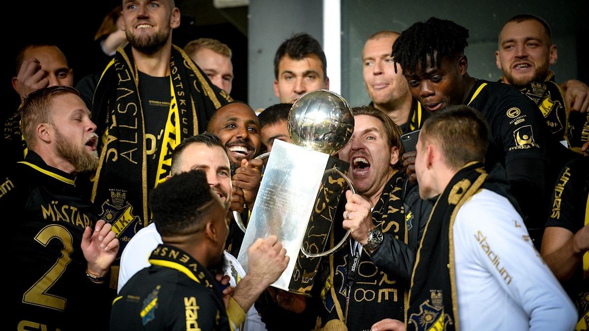 Laget AIK är svenska mästare i fotboll.