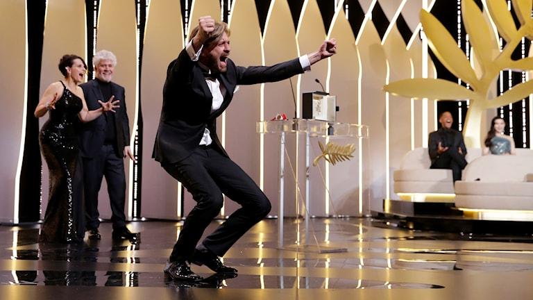 Ruben Östlund får publiken att skrika tillsamans med honom, när han tar emot Guldpalmen.