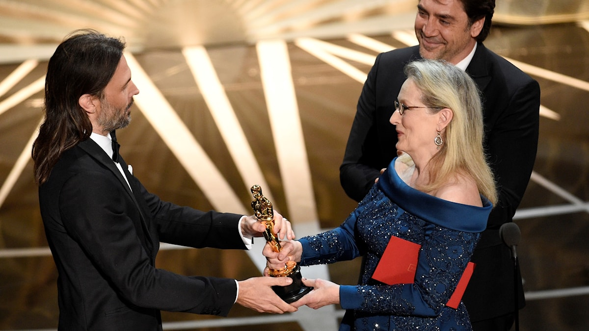 Filmfotografen Linus Sandgren tar emot en Oscar från skådespelaren Meryl Streep.