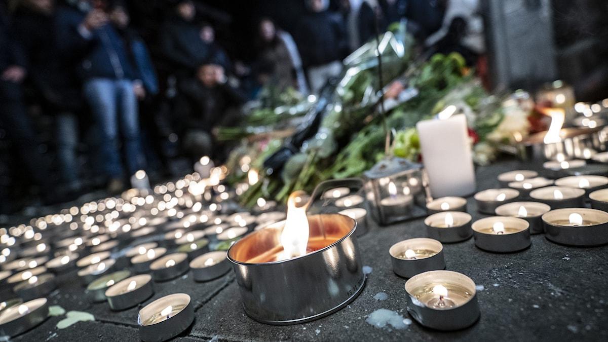 Ljus på platsen där en 15-årig kille sköts ihjäl i Malmö.