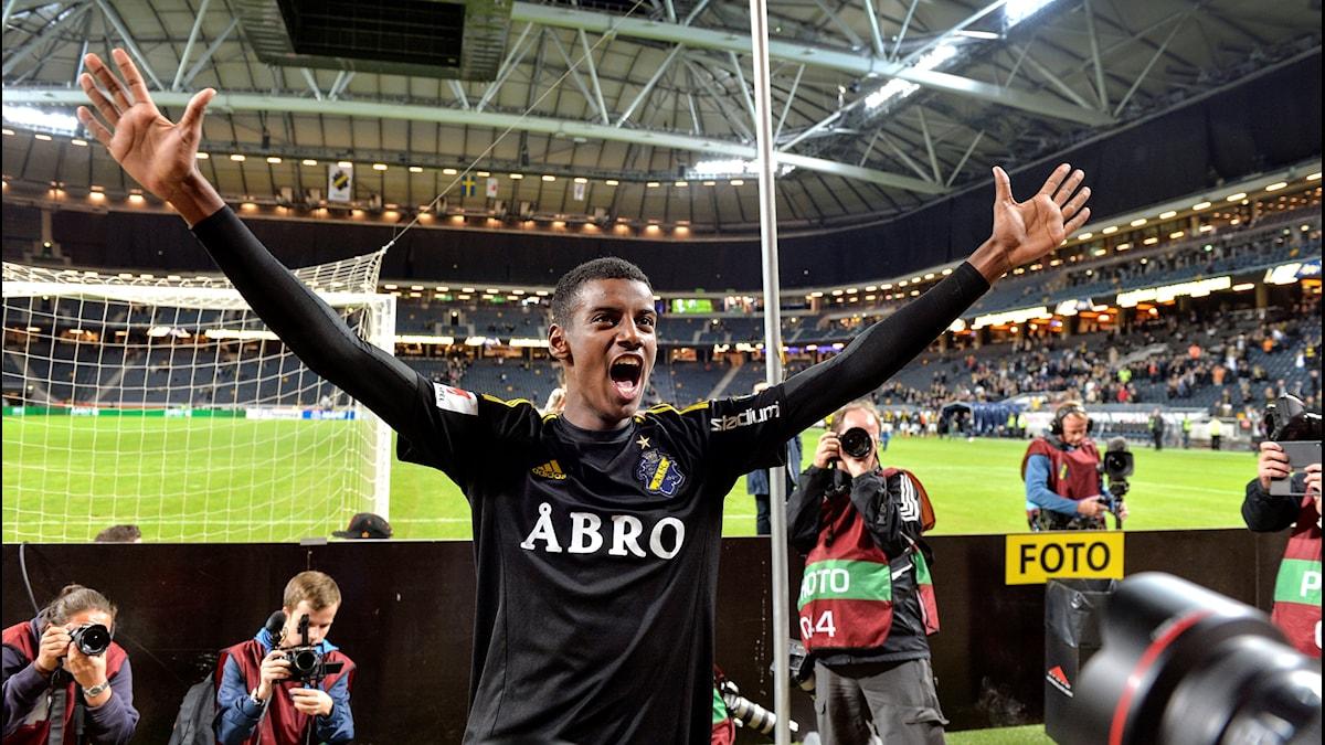 Alexander Isak jublar efter segern i en match mellan AIK och IFK Norrköping.