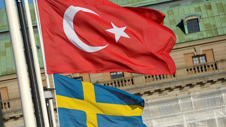 En turkisk och en svensk flagga.